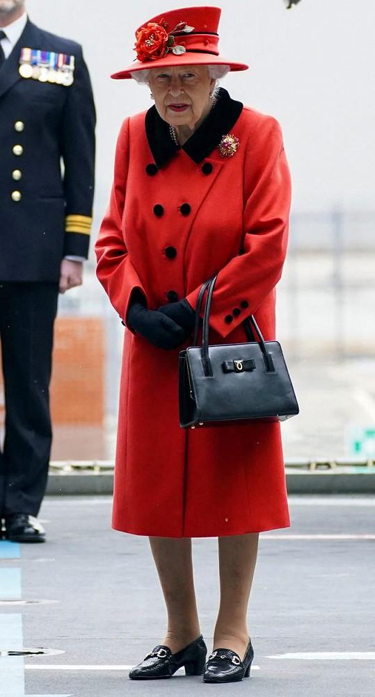 Takhle to v květnu slušelo královně v červené. Nechybí samozřejmě kabelka Launer.
