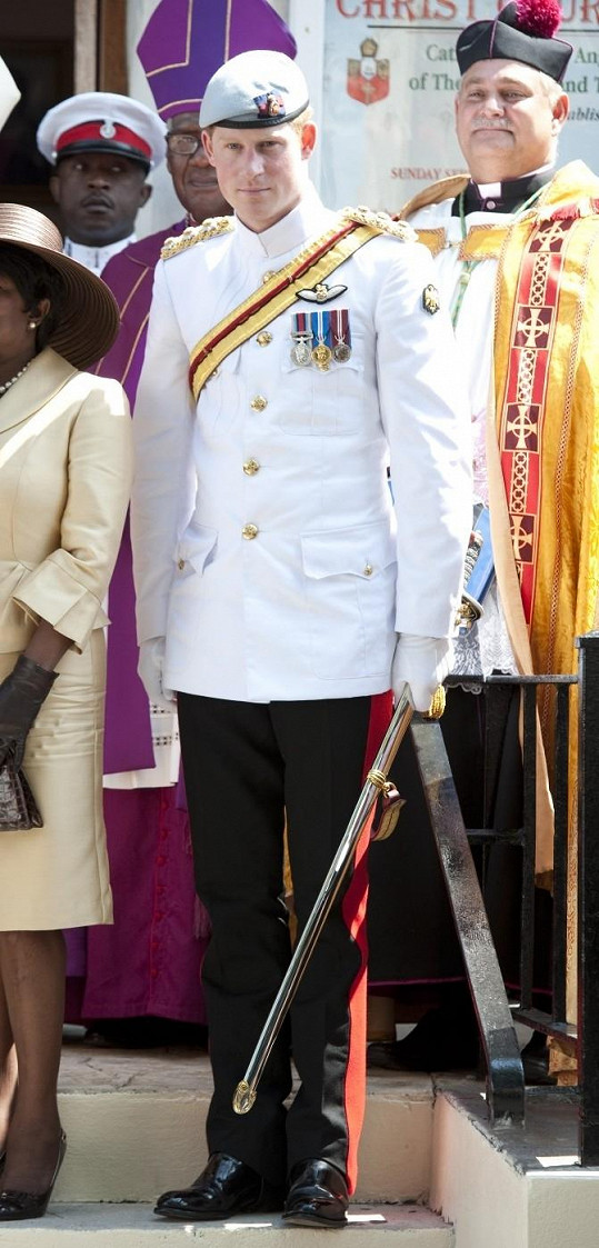 Princ Harry si na návštěvu Bahamských ostrovů vzal vojenskou uniformu.