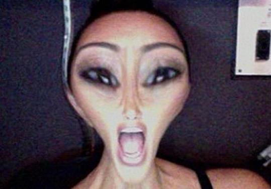 Kim Kardashian se ráda baví.