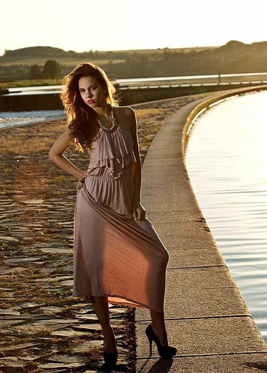 V průsvitných šatech předvedla své něžné křivky.