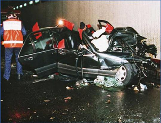 """""""Kouř vycházel z motoru, který byl téměř rozpůlen, a střídavě troubil klakson,"""" popsal vrak lékař, který byl u nehody jako první."""