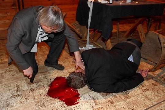 Dlouhou dobu ležel v kaluži umělé krve.