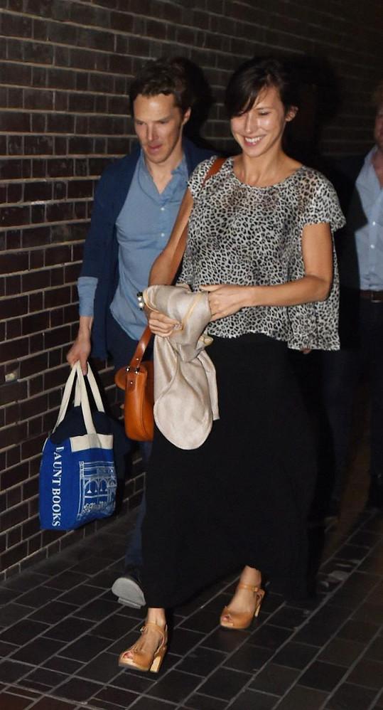 Benedict Cumberbatch a Sophie Hunter při odchodu z divadla