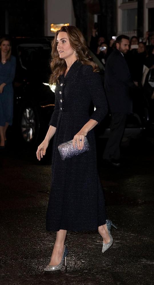Jednoduchým šatům vévodkyně dodala šmrnc blyštivými doplňky.