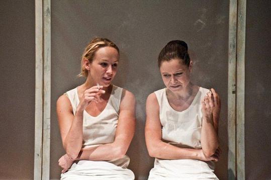 Petra Hřebíčková (vlevo) momentálně hraje v divadelní inscenaci Švandova divadla s názvem Hřebíčková s Onufrákovou lehce meditují aneb Děvky od Arbesa.