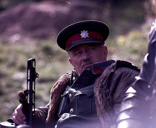 Jan Vostrčil ve filmu Adelheid (1970). Uniforma mu sekla jako ulitá.