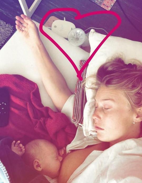 Aneta Krejčíková při kojení syna Bena