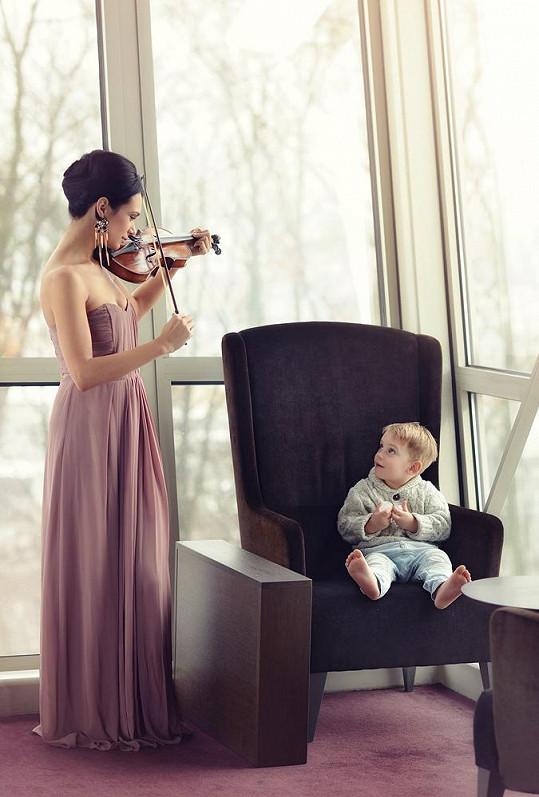 Chlapec si vyslechl i chvilku hudby.
