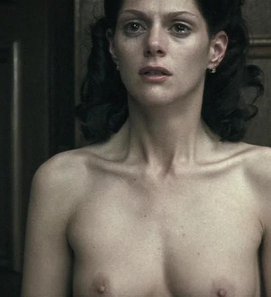 Herečka Klára Issová se musela svléknout v rámci scény, kdy ji vyslýchali nacisti.
