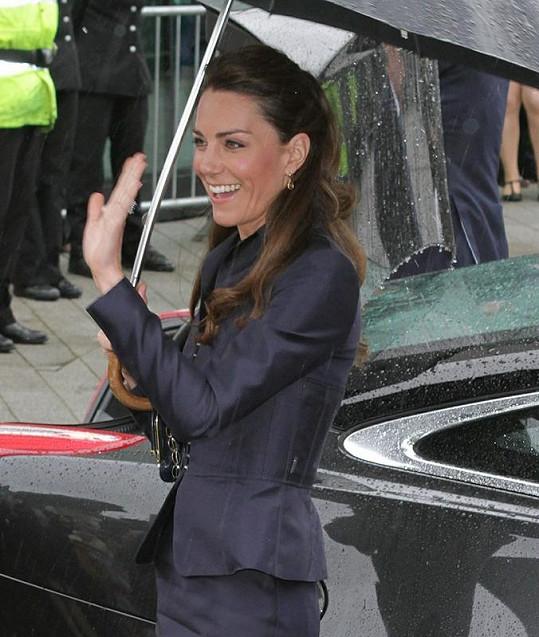 """Kate se nebude muset učit mávat """"po královsku"""", zvládá to skvěle."""