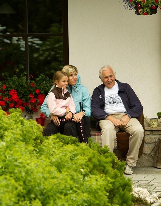 Kateřina Neumannová s dcerou Lucií a svým tatínkem.