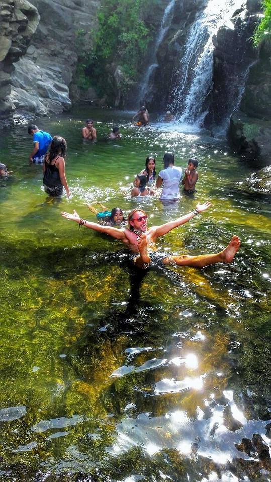 Uprostřed srílanské divočiny si Honza užíval s místními ve vodopádech.