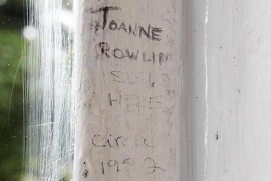 """Celý nápis na parapetu u ložnice zní v češtině: """"Tady spala Joanne Rowling kolem roku 1982""""."""