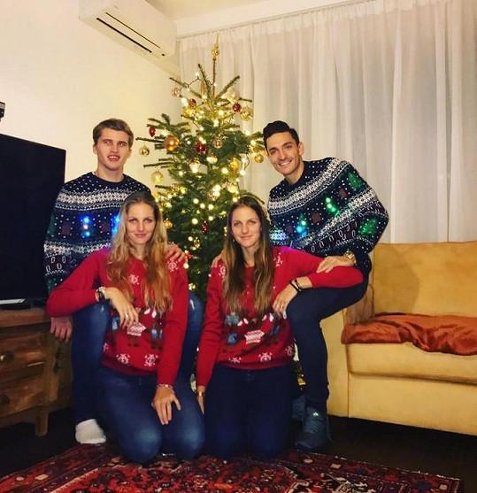 Sestry Karolína a Kristýna Plíškovy s partnery na Vánoce