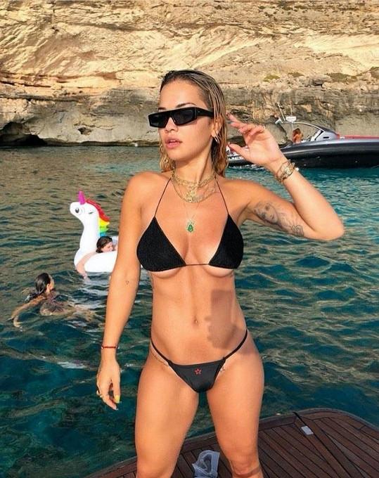 Na svůj instagramový účet přidává fotky, kde jí prsa lezou z malých plavek.