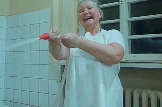 Obsluha stříkačky ženu očividně bavila.