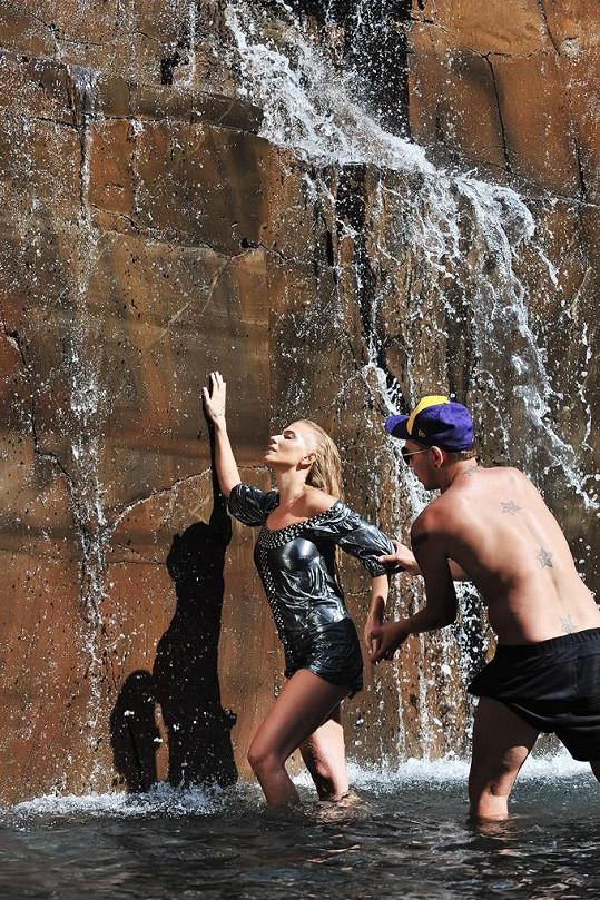 Michaela Ochotská a stylista Stan Steiner u vodopádu.