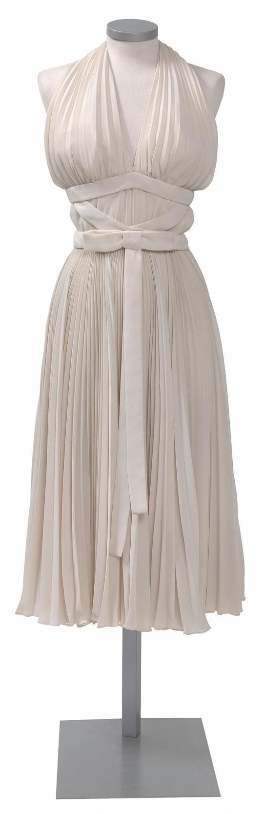 Nebudou chybět šaty s plisovanou sukní z filmu Slaměný vdovec.