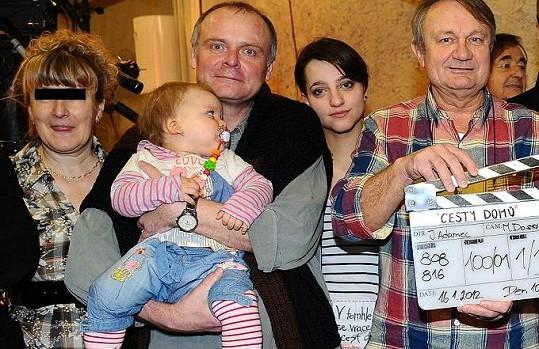 Manželka zavražděného (vlevo) byla s Jiřím Adamcem (vpravo) na nedávných oslavách seriálu Cesty domů.