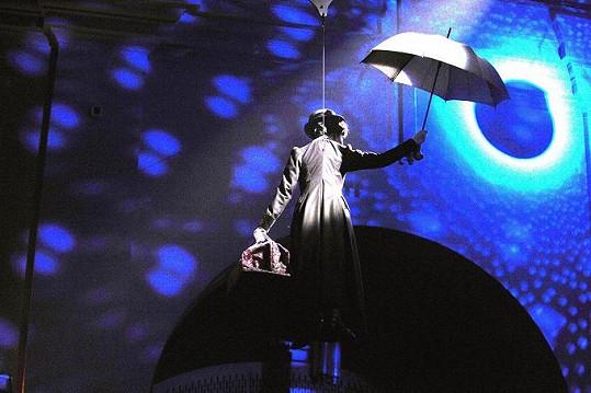 Monika Absolonová jako Mary Poppins se svým deštníkem.