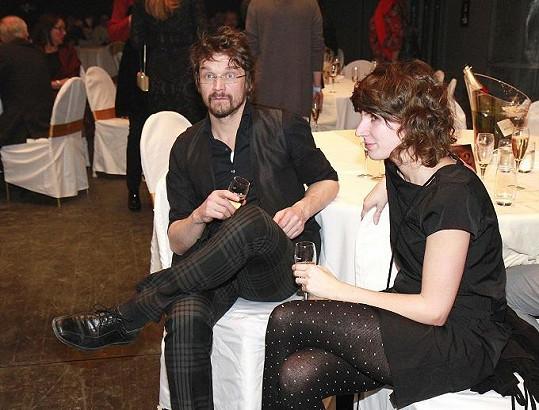 Dan Bárta s přítelkyní, mluvčí Karla Schwarzenberga, vypadali po volbách posmutněle.