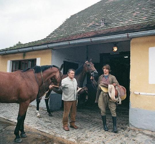 Karel Hlušička (vlevo) a Karel Greif ve filmu Obyčejná koňská historie