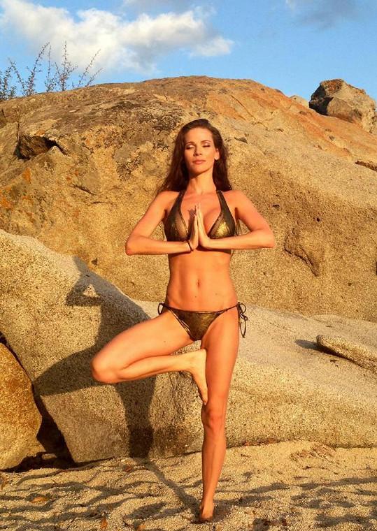 Postavu si Andrea formuje mimo jiné cvičením jógy.