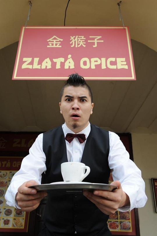 Marcus ve filmu hraje vietnamského číšníka.