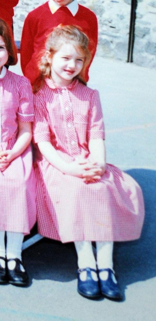 Rosie v růžových šatičkách při focení na základní škole.