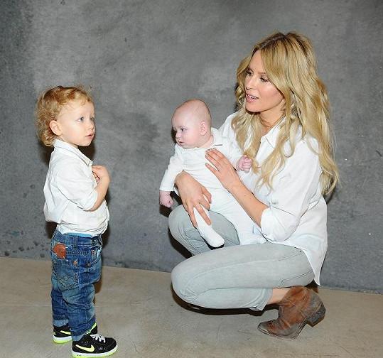 Simona Krainová se svými milovaným syny Maxem a Brunem.