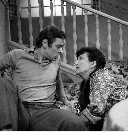 Eduard Cupák a Dana Medřická v seriálu Taková normální rodinka (1971)