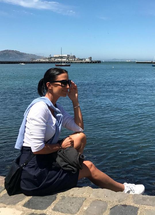 Před poslední zastávkou v New Yorku navštívili San Francisko. V pozadí za moderátorkou věznice Alcatraz.