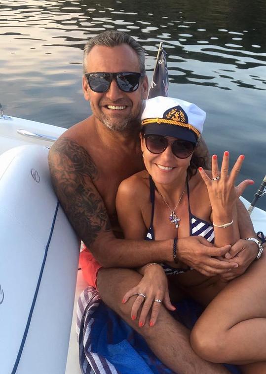 Martina Jandová se zasnoubila s Petrem Jelínkem a pochlubila se prstýnkem.