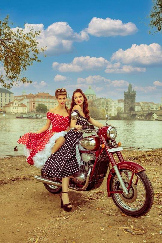 Modelky pózovaly na stroji inspirovaném legendární českou motorkou.