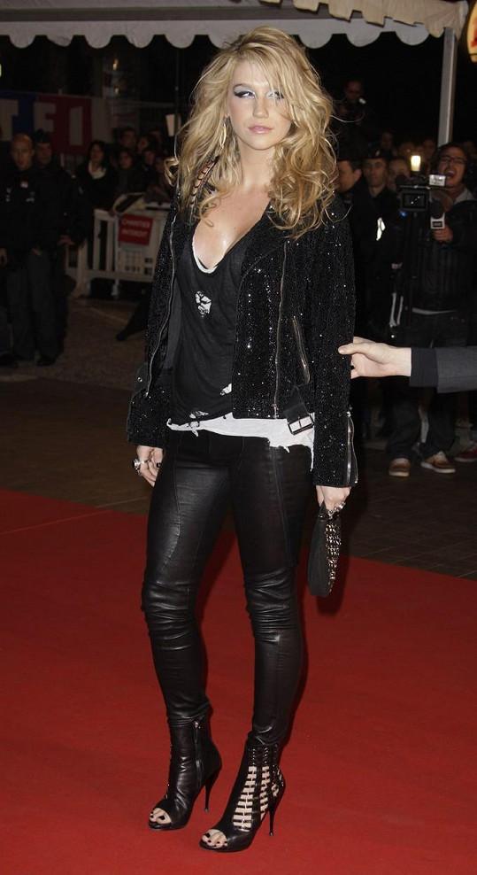 A taková to bývala ještě před pár lety kráska. Kesha v roce 2010 na předávání NRJ Music Awards v Cannes.