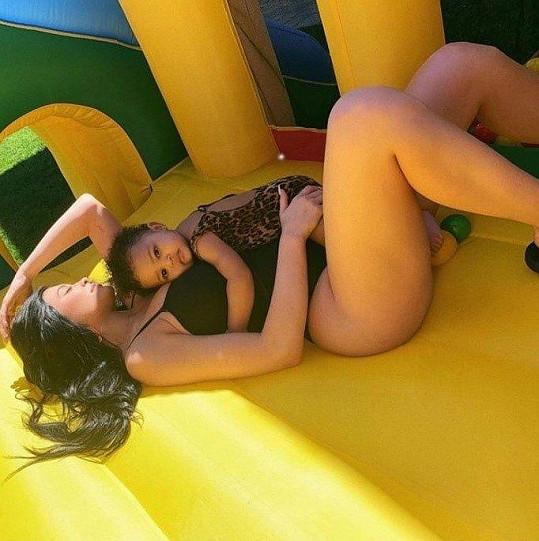 Kylie Jenner relaxovala s dcerkou Stormi.