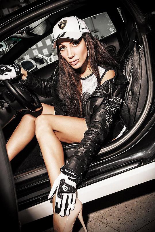 Olga Lounová miluje rychlá auta.