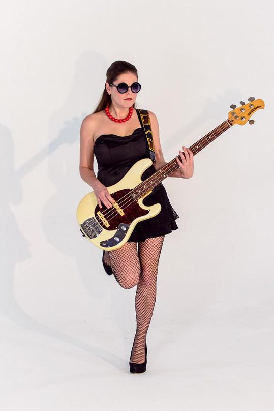 Lucie Bakešová se v novém klipu ukazuje jako kytaristka...
