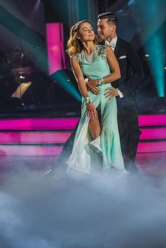 Chování páru během tance i po tanci se divačkám moc nezamlouvá.