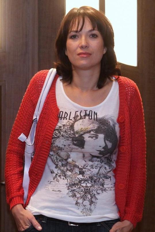 Tereza Kostková na natáčení seriálu Cesty domů.