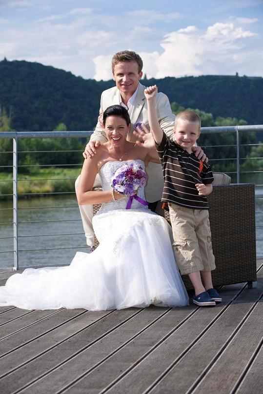 Novomanželé Hufovi se synem Davídkem.
