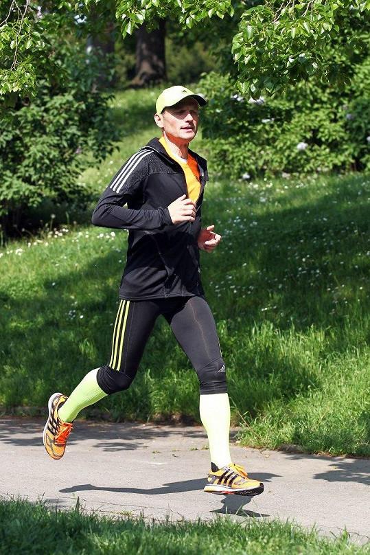 Běhání povýšil na hlavní způsob pohybu po Praze, a proto jej často můžete potkat nejen na pravidelných trénincích v parcích, ale také v poklusu po pražských ulicích na cestě do nebo z práce.