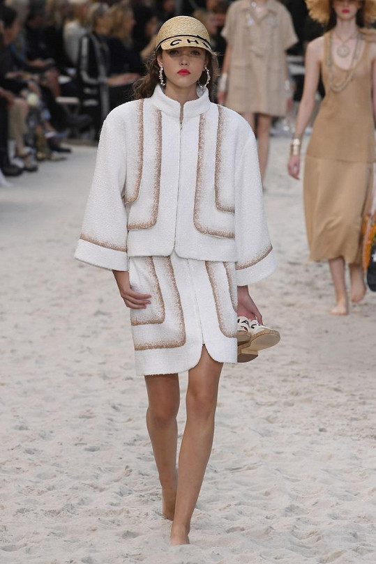 Na přehlídce Chanel pro jaro léto 2109 předváděla Jana Tvrdíková.