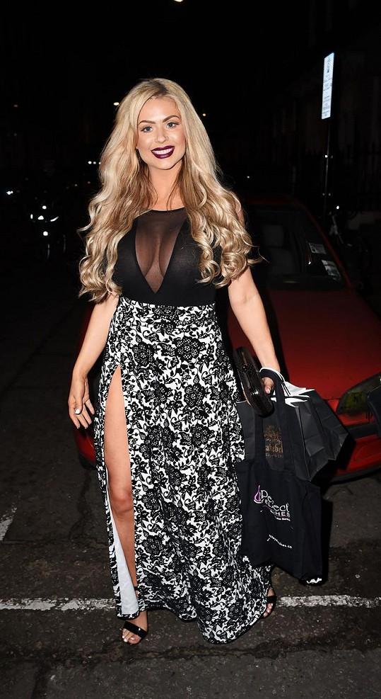 Nicola zvolila šaty, v nichž vynikla její prsa.