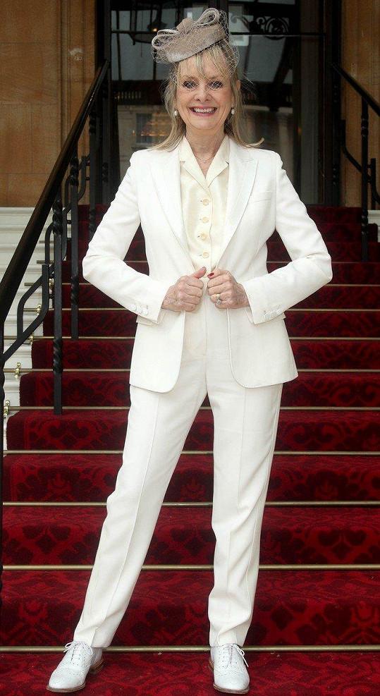 Modelka si do Buckinghamského paláce došla pro vyznamenání za služby módě, umění a charitě, titul Dáma.