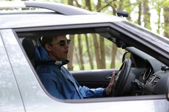 Vojta Dyk se za volantem pekelně soustředil.