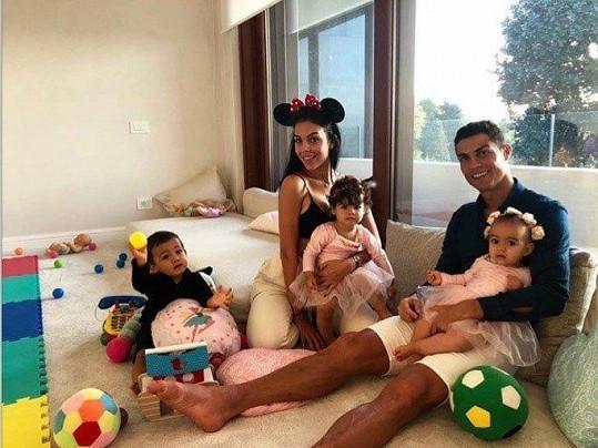 Georgina je maminkou nejmladší Alany a pečuje o všechny Ronaldovy ratolesti.