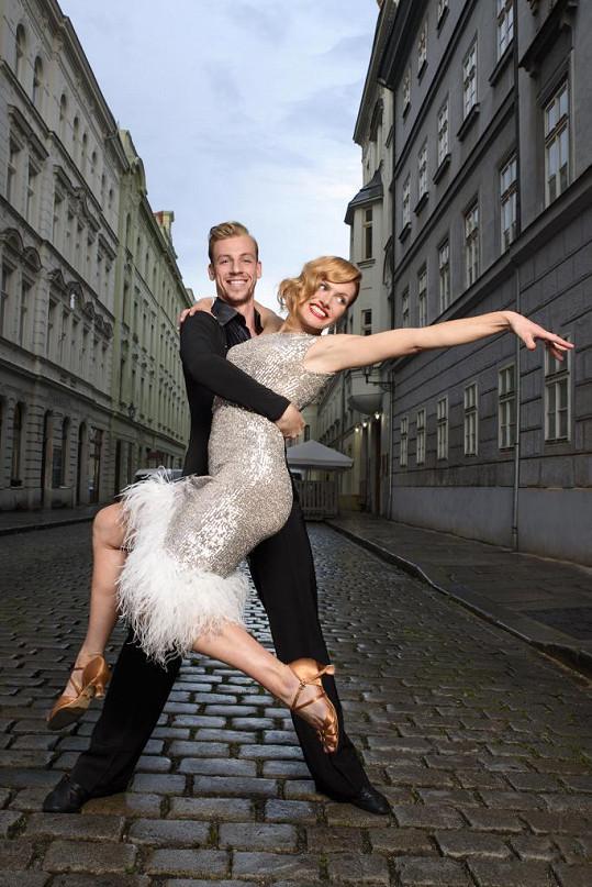 Gabriela Koukalová má podezřele blízko ke svému tanečníkovi.