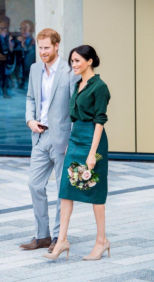 Začátkem října s manželem na návštěvě Sussexu. Meghan vykasala blůzku ze sukně a tím opticky smazala rozdíl mezi zatím útlým pasem a zaoblujícím se podbřiškem.