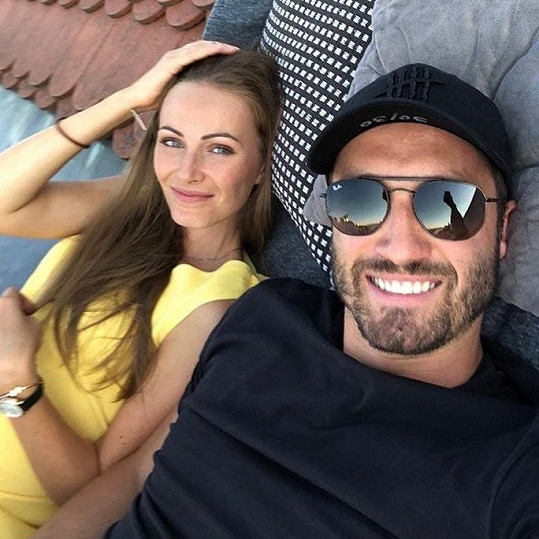 Brankář Šimon Hrubec s manželkou